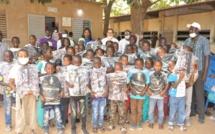 Grand Yoff: Fatoumata Niang Ba, Présidente de l'UDES/R et ses partenaires offrent des kits scolaires aux élèves