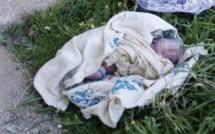 Un bébé déposé sur une tombe à...