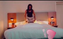 Le jeu coquin de l'animatrice Fama Thioune sur son lit (Vidéo)
